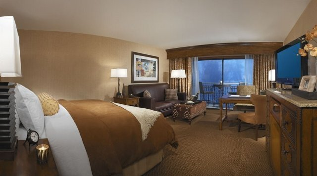 Lake Arrowhead Resort and Spa standard King room (photo courtesy the Resort)